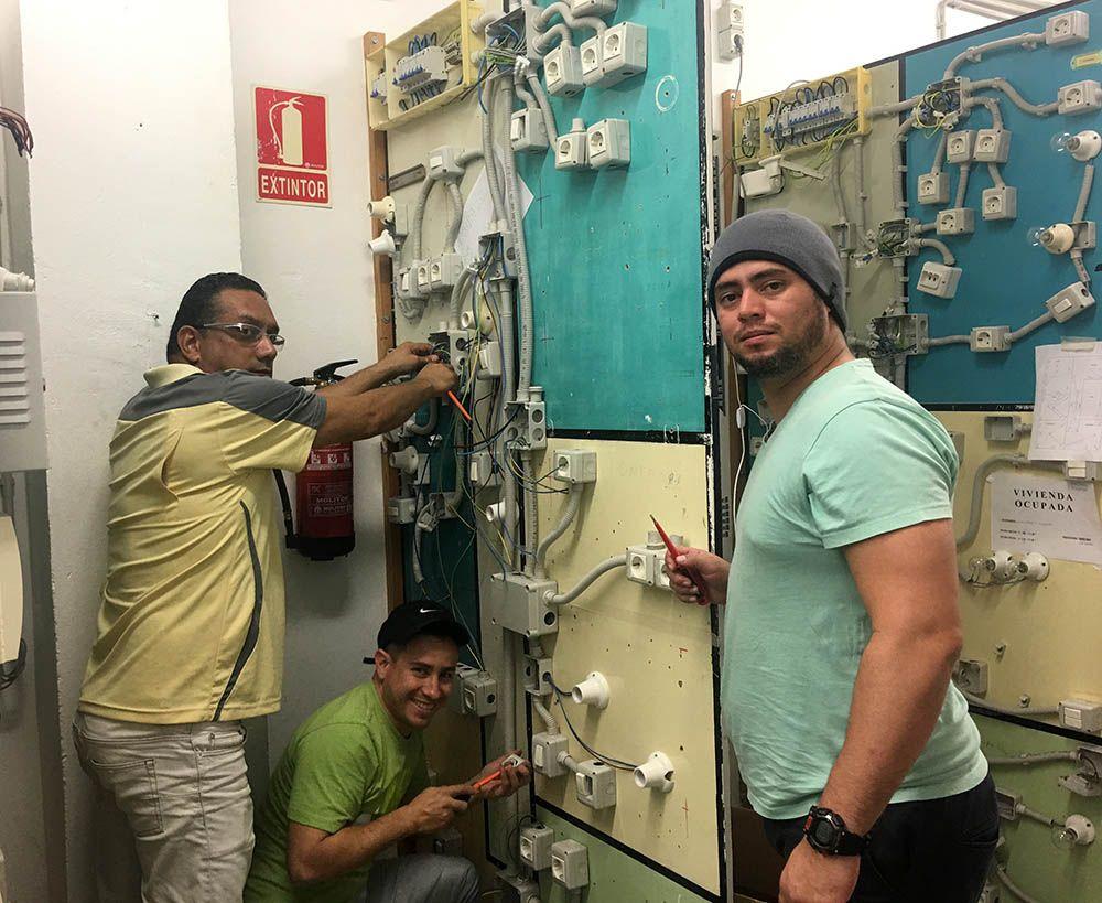 Alumnos Fundación INTER en clase práctica de electricidad