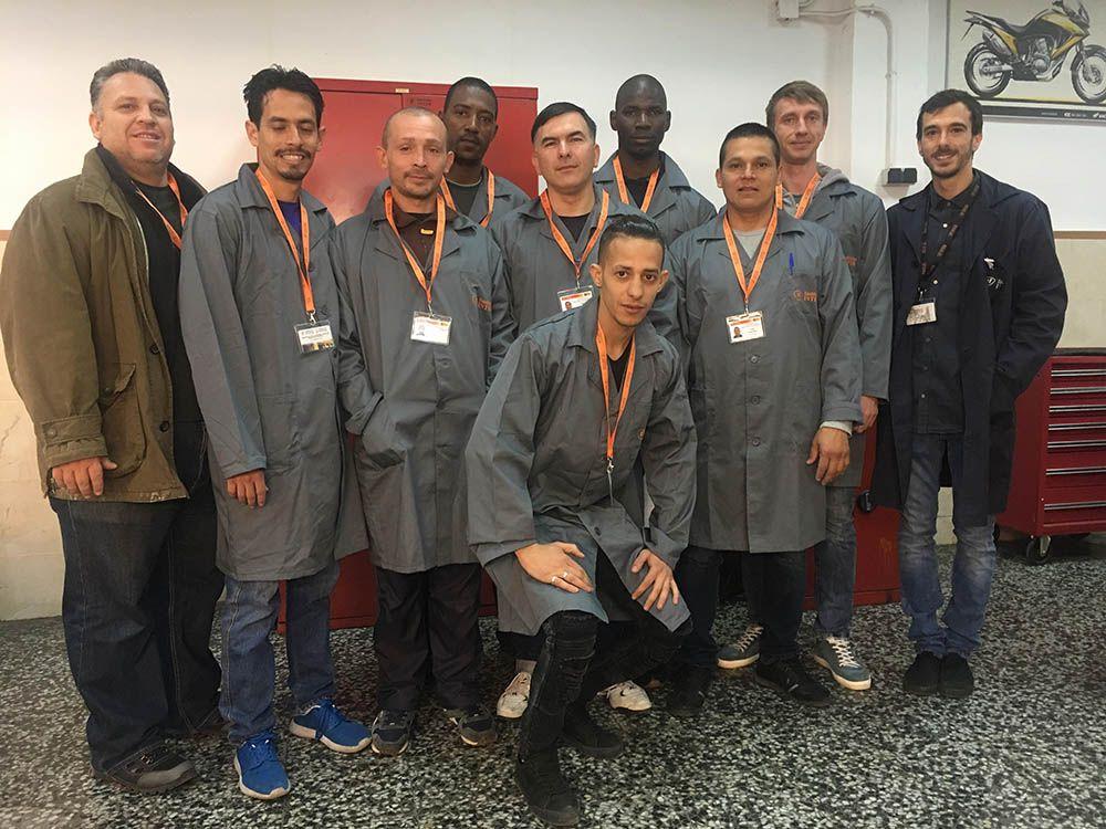 Alumnos de la Fundación INTER en el taller de mecánica
