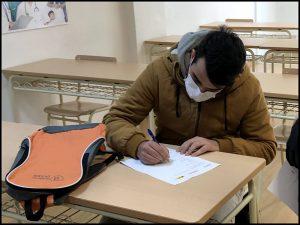 Alumno INTER rellenando documentación.
